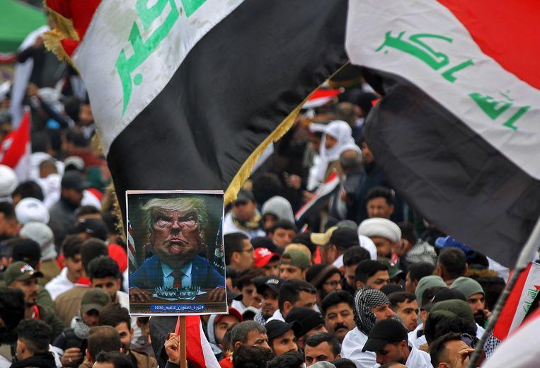 """Mannen, vrouwen en kinderen trokken vrijdag al vroeg de straat op, met Iraakse vlaggen. Op een centraal plein klonk """"Nee, nee, nee Amerika"""" door de luidsprekers."""