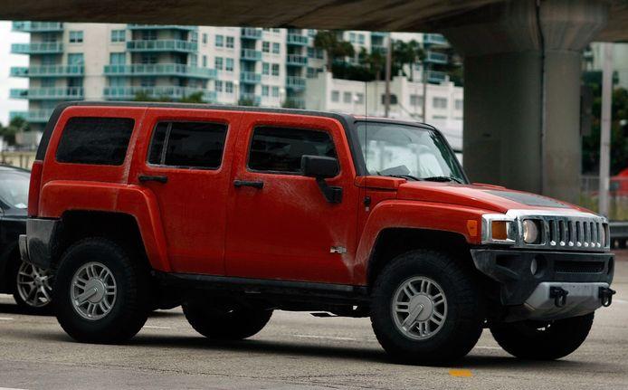 De Hummer, 2 meter hoog en 4.000 kilogram zwaar, verbruikte tot meer dan 20 liter per 100 kilometer.
