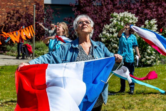 Inwoners en verzorgenden van Woonzorgcentrum Transwijk vieren feest.