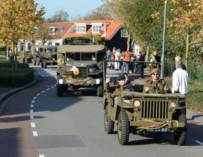 Oude legervoertuigen in beweging.