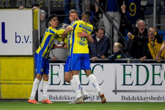 RKC'ers Anis Tahiri (l) en Mario Bilate bedanken invaller Roland Bergkamp voor de late 4-4 tegen FC Dordrecht.
