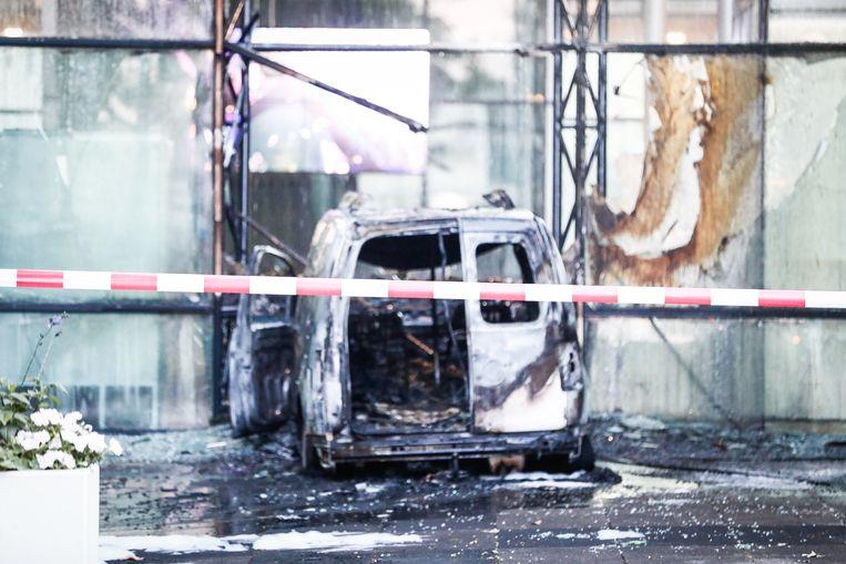 Een auto is de voorgevel van dagblad De Telegraaf binnengereden en vervolgens in brand gestoken. Beeld ANP