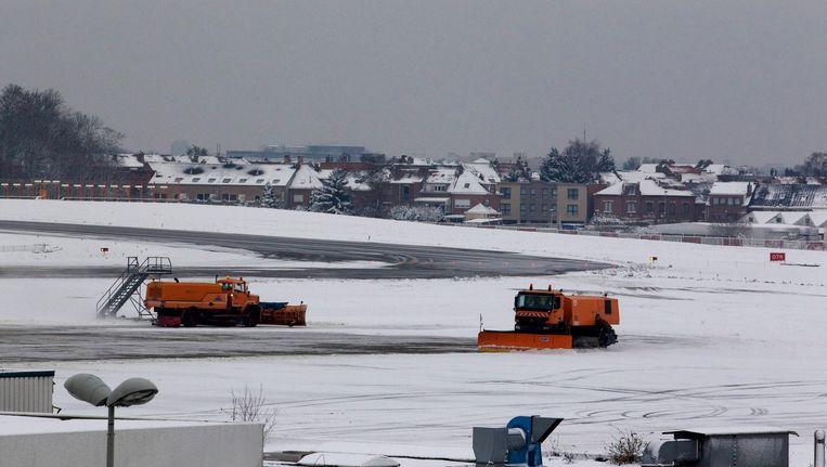 Sneeuwruimers maken de banen vrij in Zaventem.