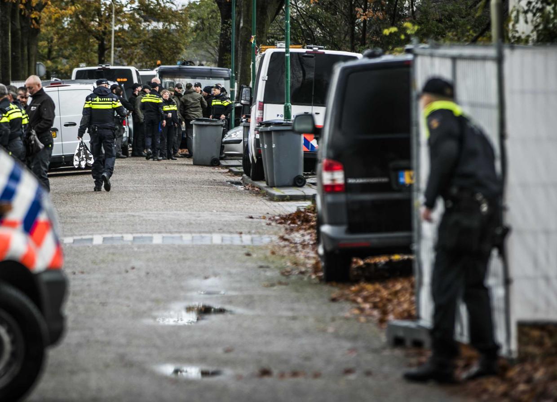 13-11-2019: de politie valt een woonwagenkamp in Oss binnen. Daar zijn twee mannen gearresteerd. Een van de opgepakte mannen is de beruchte crimineel Martien R.
