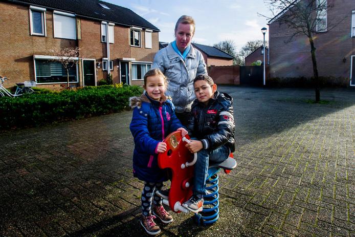 Voor haar 2-jarige zieke dochtertje Marly heeft Anky Kromodimedjo Stichting Marly opgericht. De ouders van Marly hopen hiermee geld in te zamelen voor haar behandeling. Op de foto staat Anky met haar twee andere kinderen.