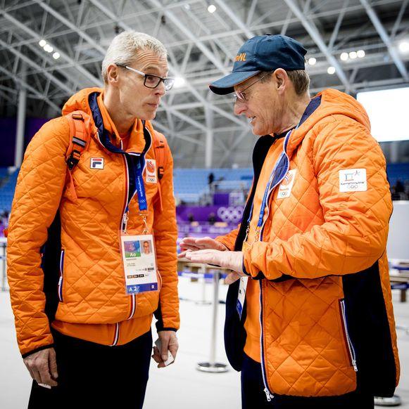 Jillert Anema (r) en Arie Koops, technisch directeur KNSB in de Gangneung Oval tijdens de 10.000 meter op de Olympische Winterspelen van Pyeongchang.