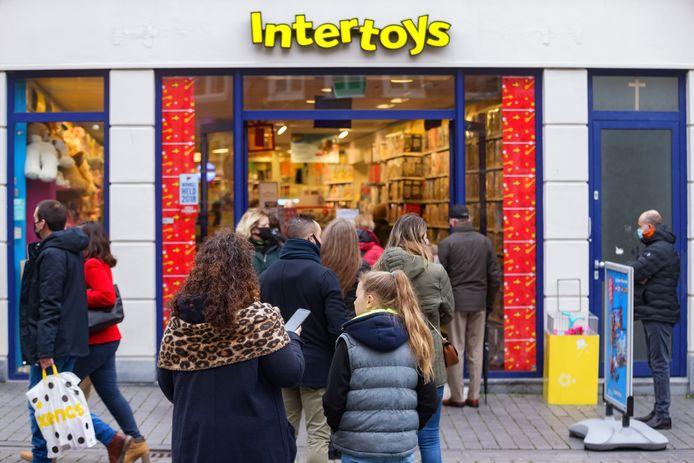 Bij speelgoedwinkel Intertoys in Bergen op Zoom, staat, net als in Roosendaal, een flinke rij mensen.