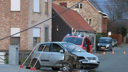Wagen mist bocht en ramt paal in Rimeirstraat