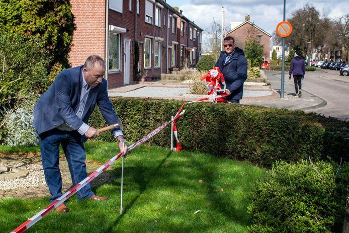Waalwijk Van Berckenrodelaan Heddie Visker plaatst een paaltje om aan te geven wat het stuk is dat de gemeente terug wil hebben