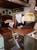 De slaapkamer en kelder in het museum.