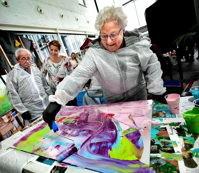 Mevrouw Martinali volgde gisteren samen met drie medebewoners van de Helmondse Ameideflat een workshop street art in De Cacaofabriek.