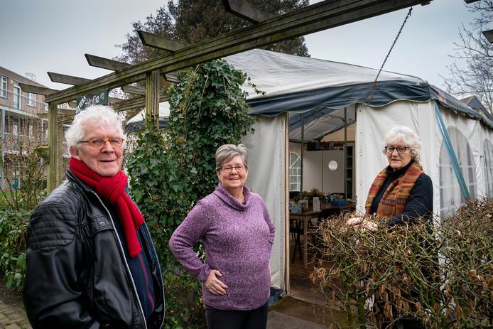 Guus Hurkmans, Annie Valk en Betsy Welts (vlnr) streden met succes voor behoud van hun ontmoetingsplek in de tuin.