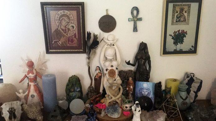 Het altaar in de woning van het Enschedese gezin, met beelden en symbolen die in hun natuurreligie belangrijk zijn.  Behalve Maria en St. Franciscus, zijn dat uit hun levensbeschouwing goden als  Noet, Gaia, Yemania, de maangodin en een engel die kinderzielen naar de hemel brengt.