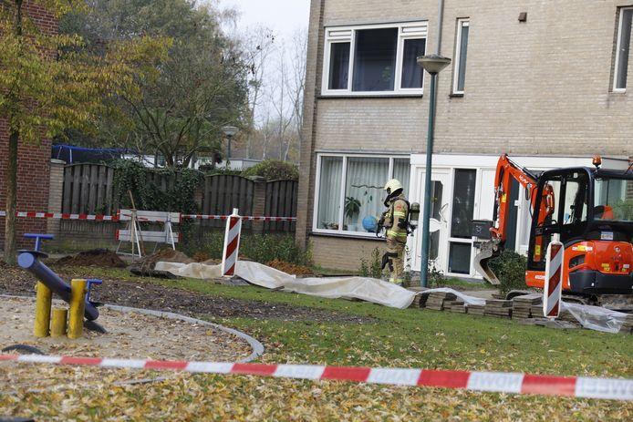 Een brandweerman onderzoekt de omgeving van het gaslek in Cuijk.