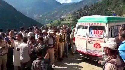 Zeker 17 doden bij crash minibus in Kasjmir