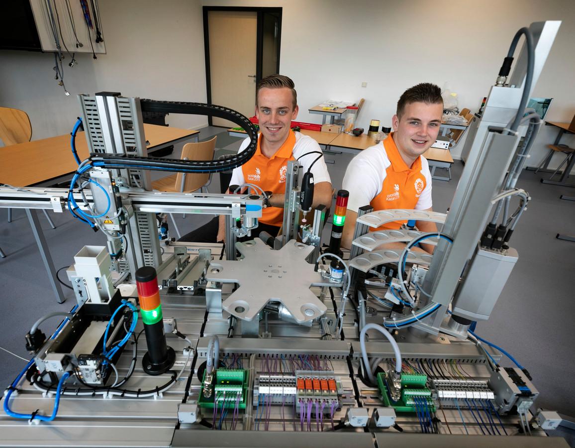 Twee studenten van het Summa College in Eindhoven, Rick Jooren (rechts) en Jasper van Kol, doen mee aan de World Skills-wedstrijden in Kazan, Rusland.