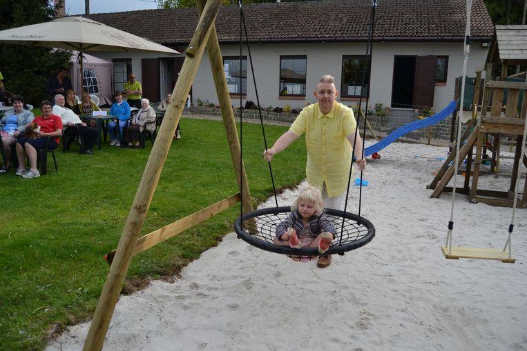 Argo met Zoë Sempels op de speeltuin.