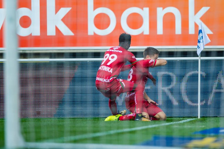 Olayinka viert met doelpuntenmaker Saponjic.