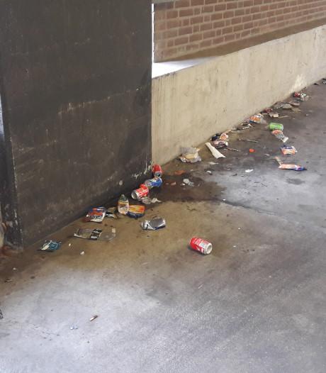 Half opgegeten oliebollen liggen nog in parkeergarage Tolbrug: 'Het is gewoon smerig'
