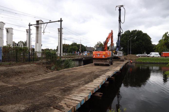 De start van de aanleg van de fietsbrug overhet kanaal bij de Vlisco in Helmond is gemaakt.