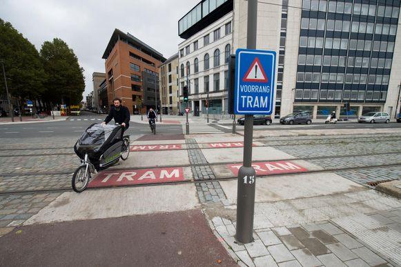 Het (bijna) conflictvrije kruispunt van de kaaien met de Brouwersvliet. Voorlopig moeten fietsers die groen krijgen, er wel nog oppassen voor de trams.