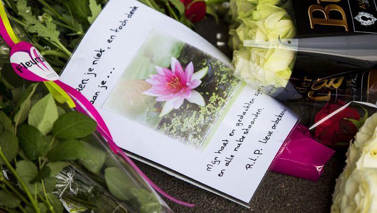 Een kaartje in de bloemenzee bij de gedenkplek bij vertrekhal 3 op Schiphol, die werd ingericht ter nagedachtenis aan de slachtoffers van vlucht MH17 van Malaysia Airlines. Beeld anp