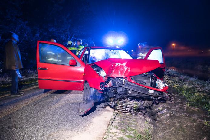 De auto lijkt onherstelbaar beschadigd.