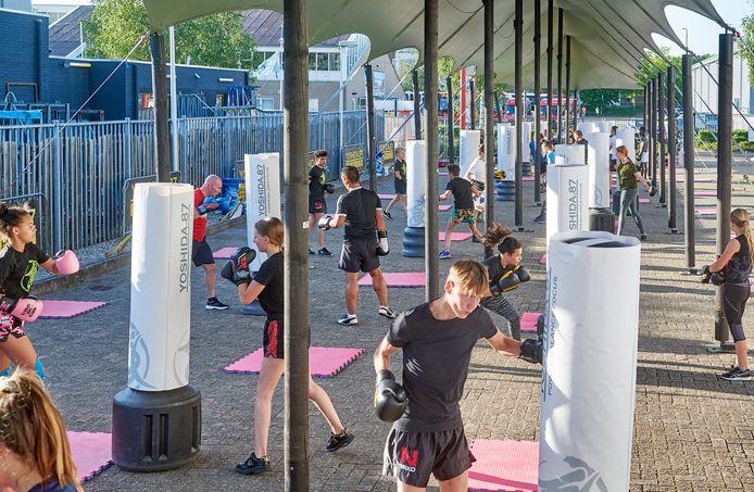 Bij Yoshida Sports in Uden wordt buiten gesport onder een shelter van Epic Shelters te Veghel. Fotograaf: Van Assendelft/Jeroen Appels