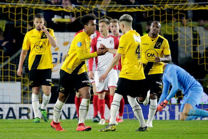Erik Palmer-Brown viert zijn late treffer tegen FC Emmen.