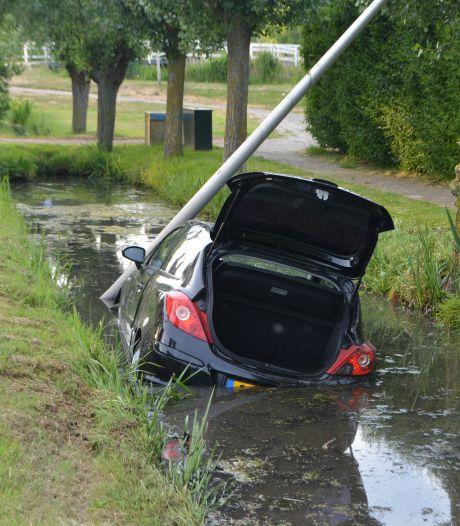 Automobilist ramt lantaarnpaal en belandt in de sloot