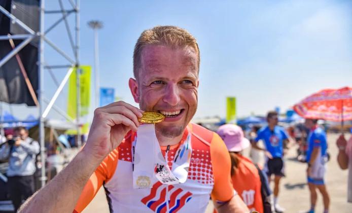 Brandweerman Wout Roos met één van z'n gouden medailles