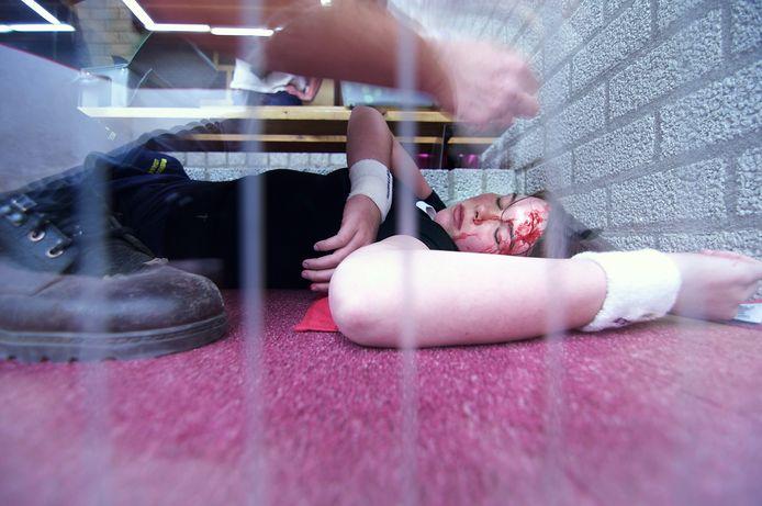 Een Lotus-slachtoffer wordt geholpen op een oefenavond van de EHBO.