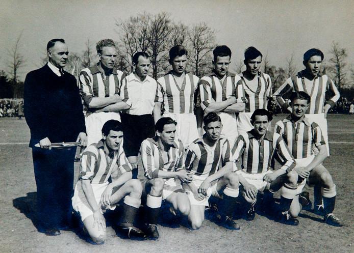 Het elftal van Wageningen dat in 1948 de KNVB-beker won. Derde van links Gerrit van Elst.