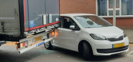 Vrachtwagen zwenkt uit en raakt geparkeerde auto in Enschede