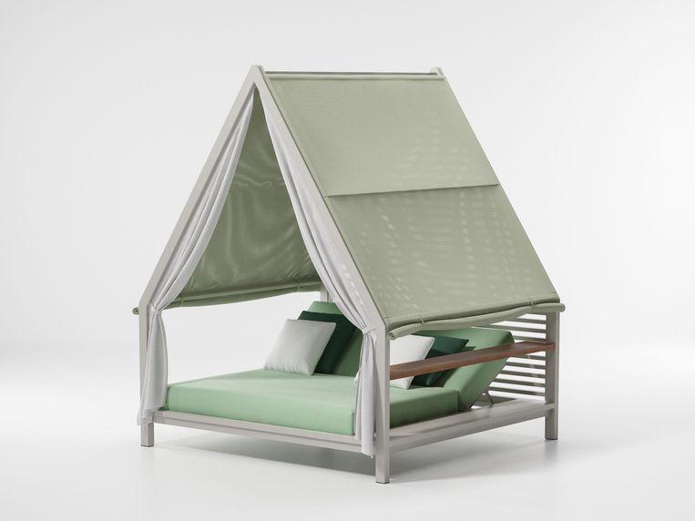 Buitenbed 'Cottage' van Spaanse ontwerper Patricia Urquiola leent zich uitstekend om - beschermd tegen de felle zon – een uiltje in te knappen, prijs op aanvraag. kettal.com Beeld
