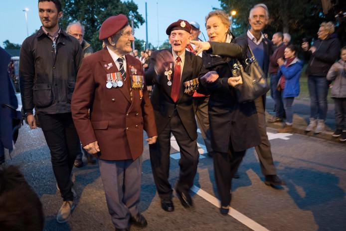 Veteranen die nog kunnen lopen, willen op eigen kracht door de erehaag heenwandelen.