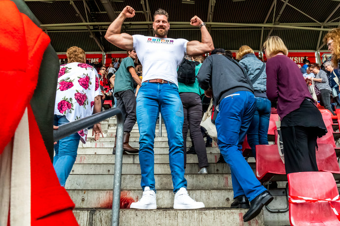 Olivier Richters tijdens de geslaagde recordpoging met lange mensen in Galgenwaard afgelopen mei. In totaal waren er 850 lange mensen aanwezig. Goed voor een nieuw wereldrecord.