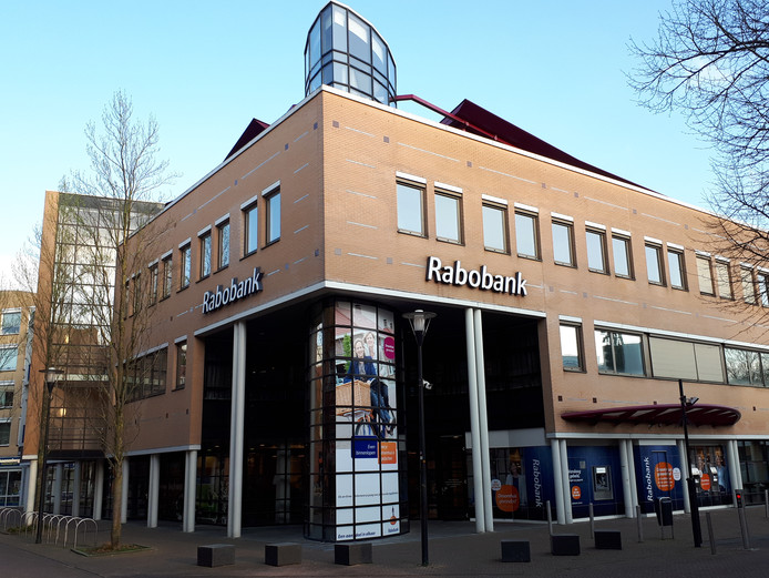 De Rabobank Noord en West Twente in Nijverdal gaat verhuizen, dat geldt ook voor de geldautomaten.