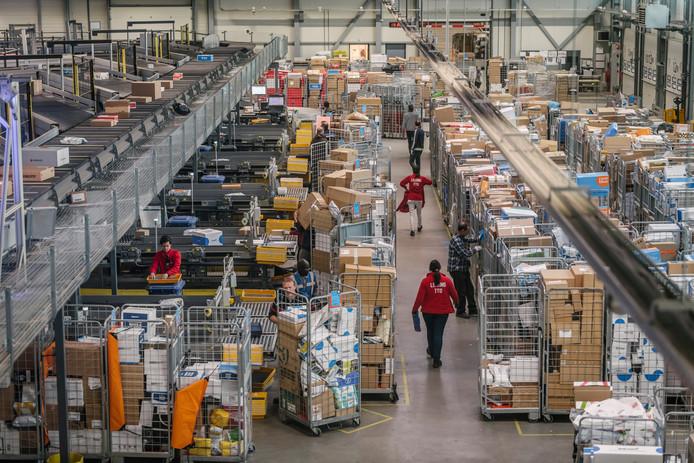 5c65ee8db8063c Spitsuur bij het sorteercentrum van PostNL in Nieuwegein. Hier worden  dagelijks zo'n vijftigduizend