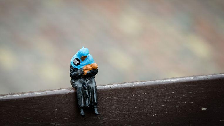 In de straten van Amsterdam en Den Haag zijn duizenden miniatuurvluchtelingen geplaatst tijdens een guerrilla street art project van Power of Art House. Daarmee vragen zij aandacht voor de 59 miljoen vluchtelingen wereldwijd. Beeld anp