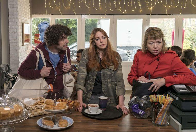 De belangrijkste personages in seizoen 1 van de comedy Motherland. Vanaf links: Paul Ready als Kevin, Diane Morgan als Liz en Anna Maxwell Martin als Julia. Beeld