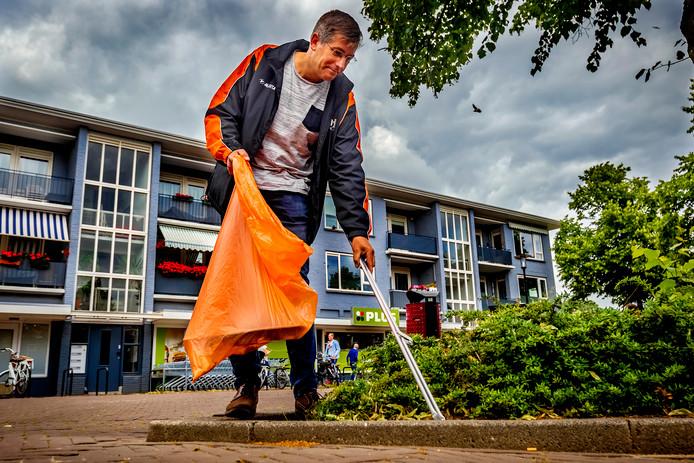 David Schalken neemt het heft in eigen hand: hij gaat geregeld op pad met een afvalprikker.