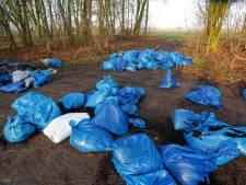 Afval gedumpt op parkeerplaats in Voorst