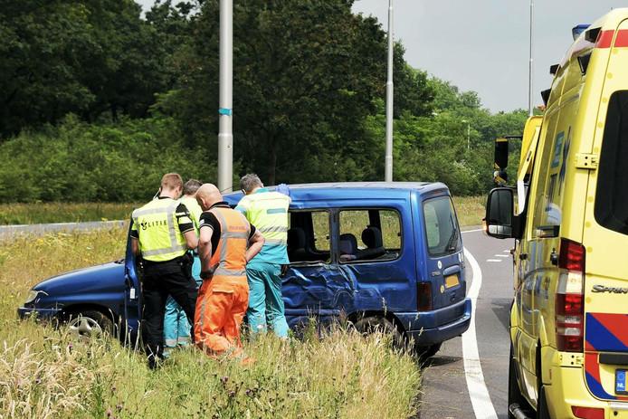 De auto raakte flink beschadigd, de bestuurder raakte lichtgewond.