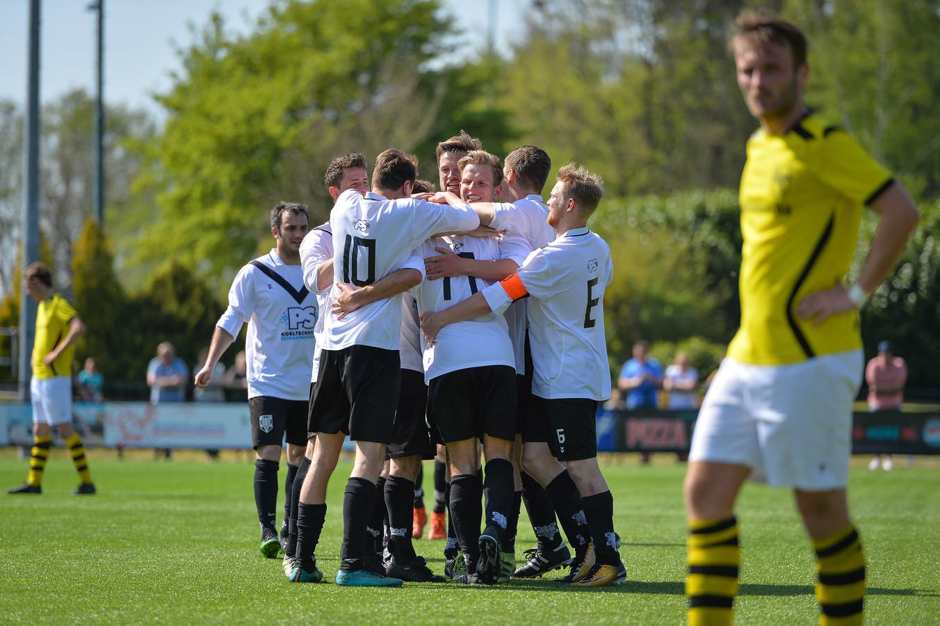 Een groepsknuffel bij KCVO na de winnende treffer van Sem Westra (nr. 17) tegen concurrent SV Zwolle