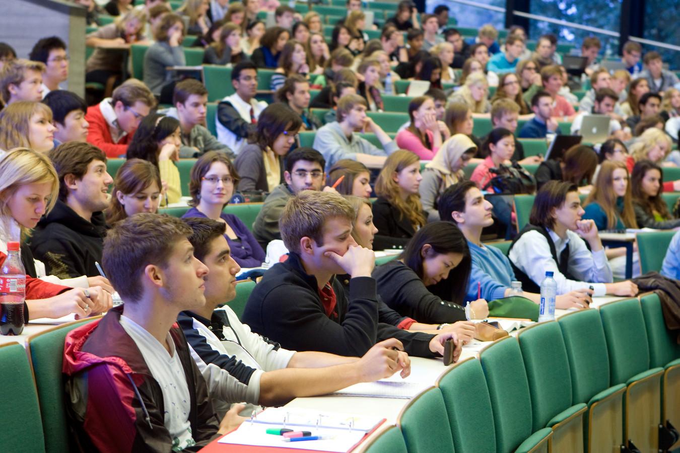 Studenten in collegezaal van de Erasmus Universiteit. Foto ter illustratie.