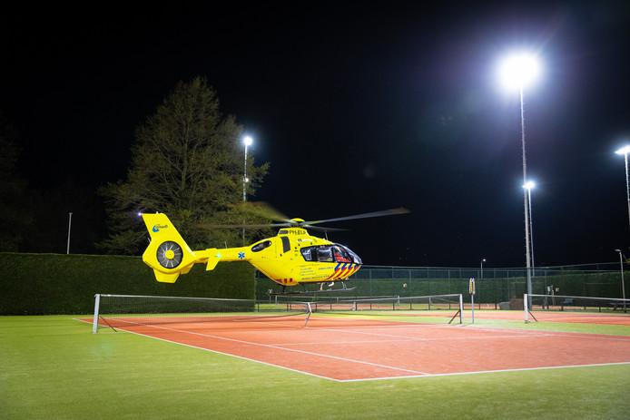 De helikopter vertrekt weer bij Tennisvereniging Zwolle 750.