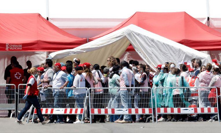 Migranten aan boord van de 'Aquarius' komen aan in Valencia.