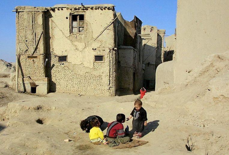 Kinderen spelen bij een huis in de oude stad van Kabul Beeld anp