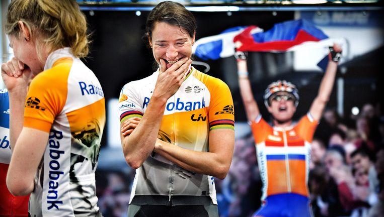 Marianne Vos (midden en op de foto op de achtergrond) en Anna van der Breggen hebben pret tijdens presentatie van het wielerteam van Rabobank Liv. Beeld Klaas Jan van der Weij